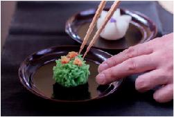 和菓子職人が、目の前で季節のお菓子を作ります。