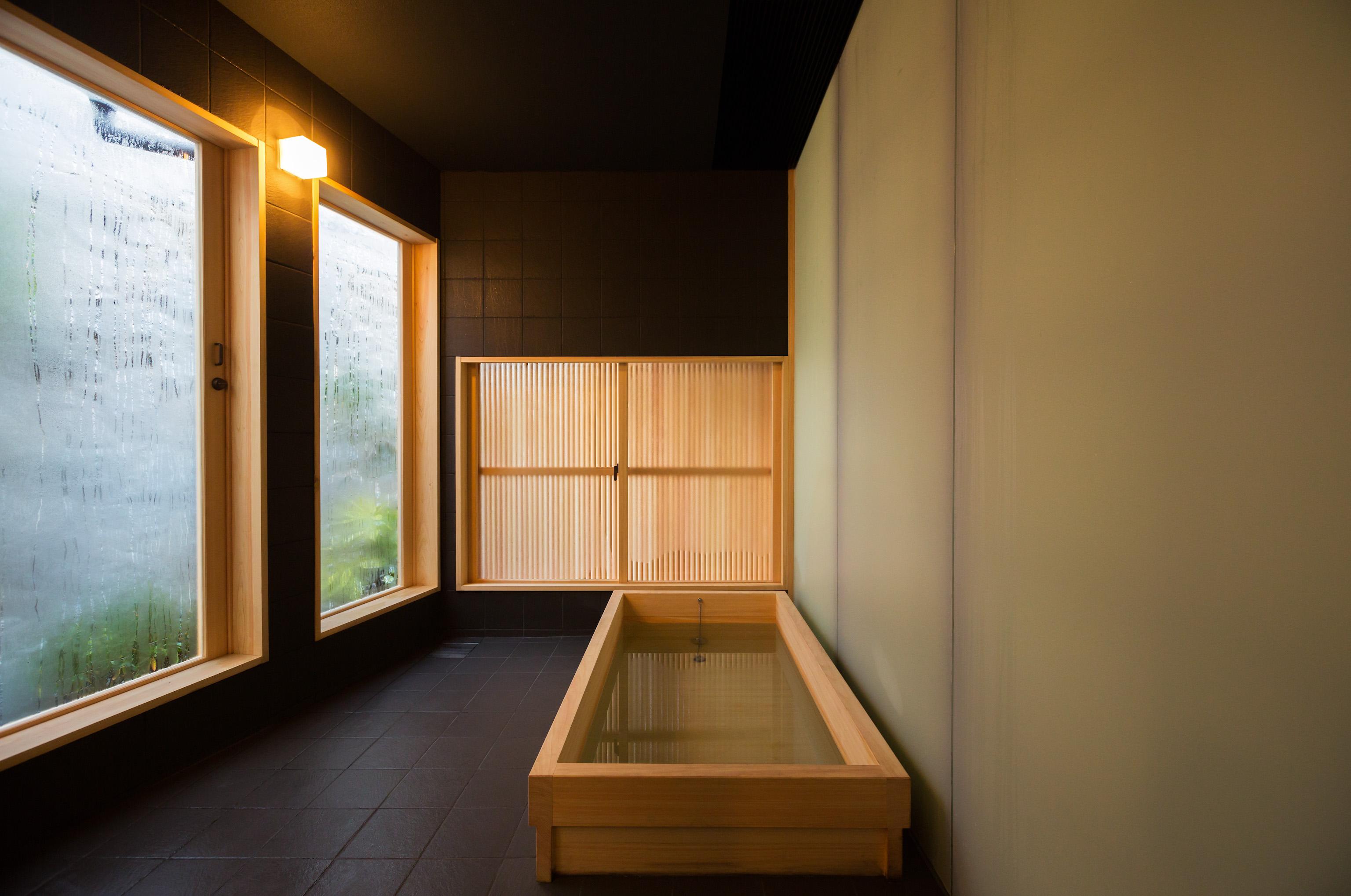 広々とした浴室。大きな檜の浴槽で足を伸ばして、尾道観光の疲れを癒してください。