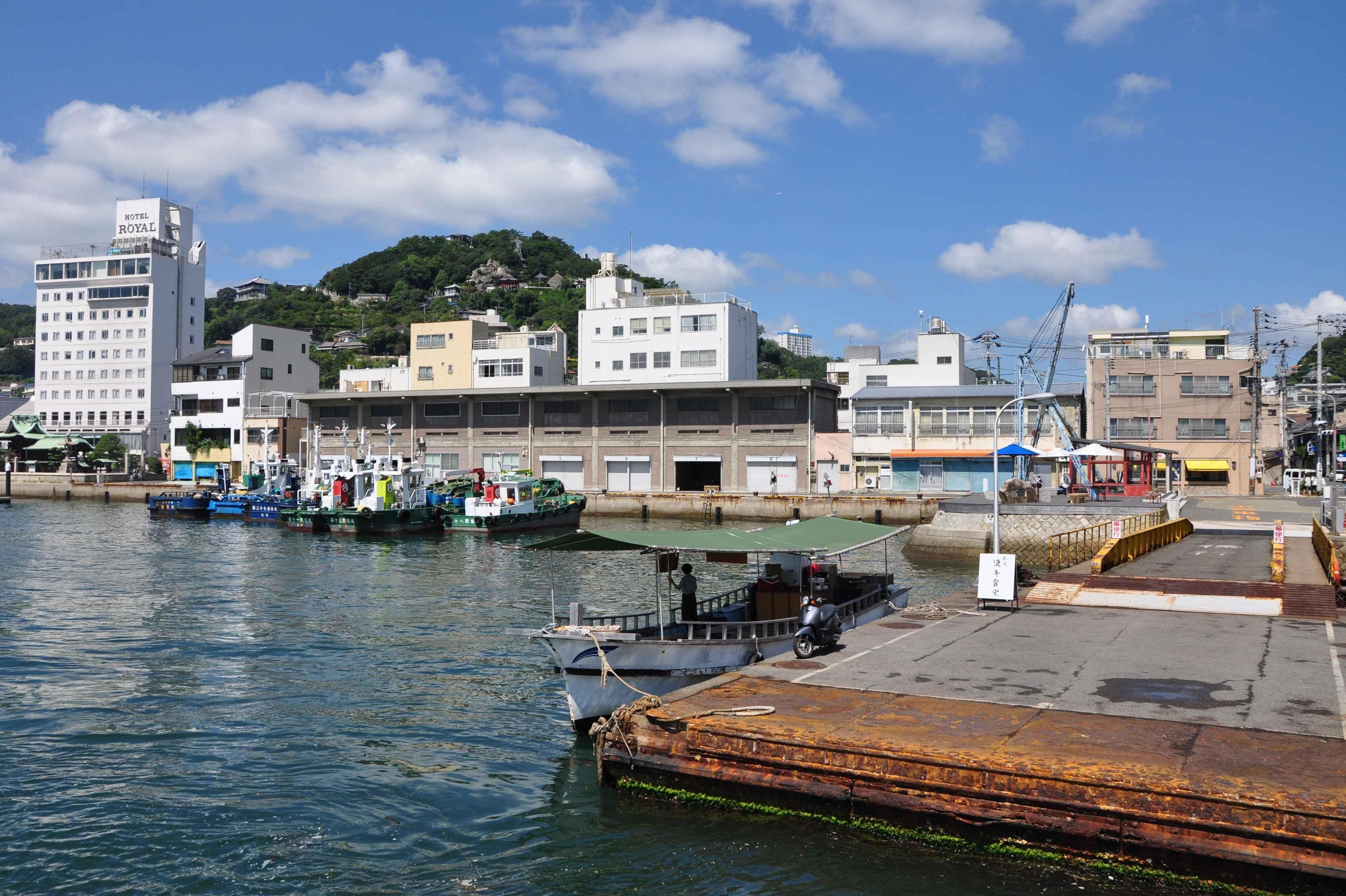 尾道水道から見たONOMICHI SHARE(改装前)
