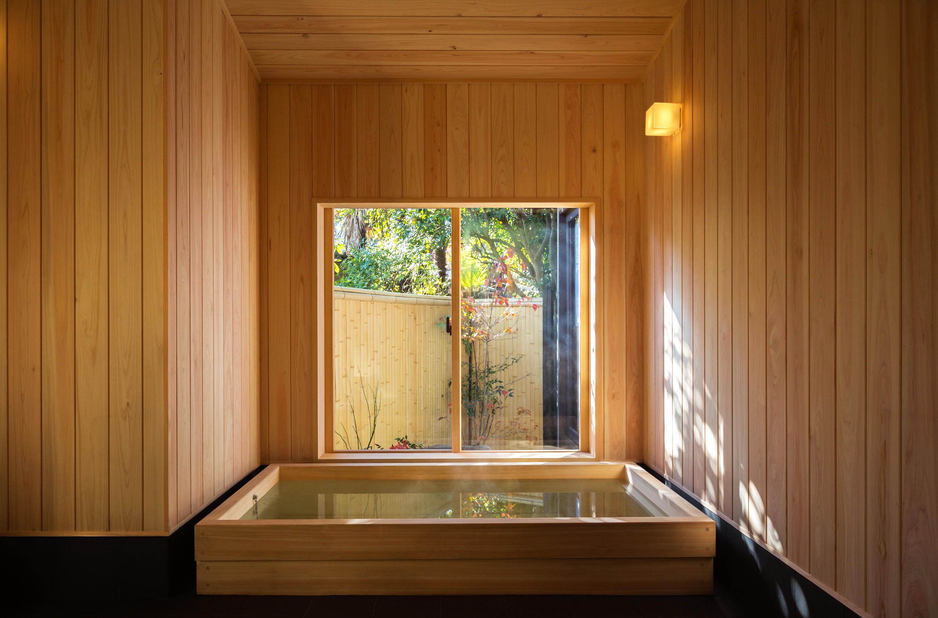 お風呂は、足を伸ばしてゆっくり温まれる檜風呂