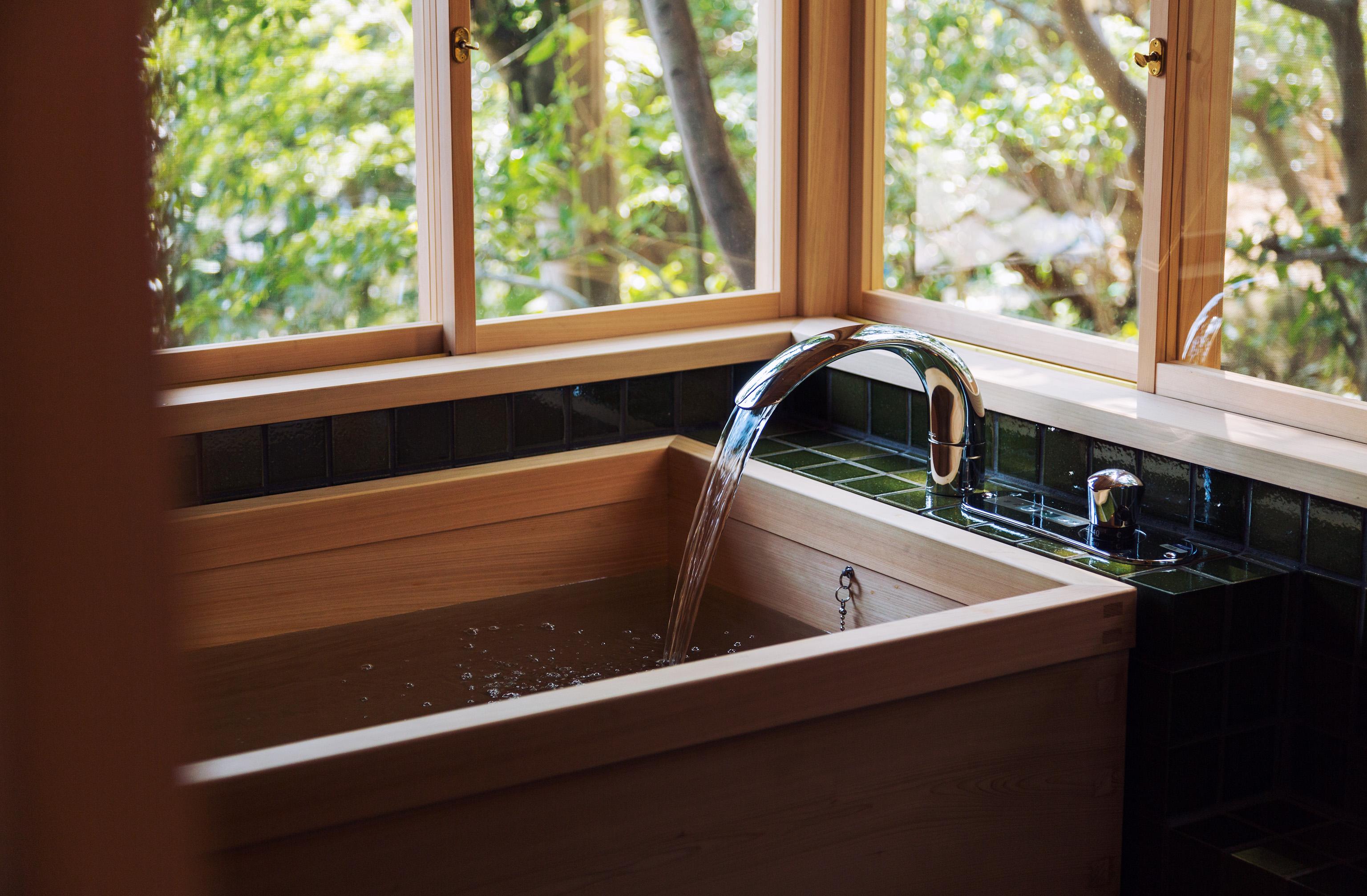 庭の緑を間近に感じながら入る檜風呂