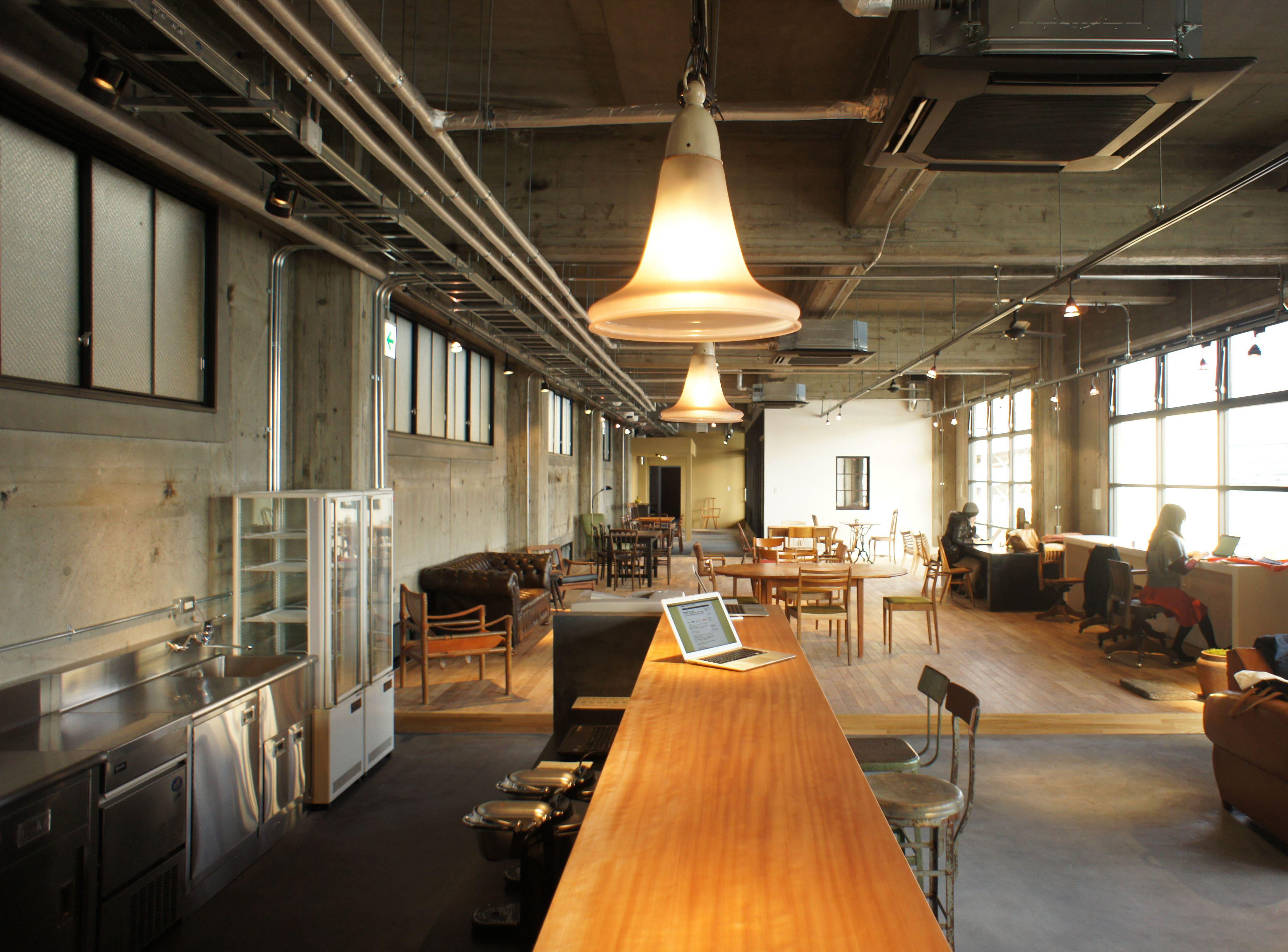 壁面と天井には、倉庫の雰囲気を敢えて残して。